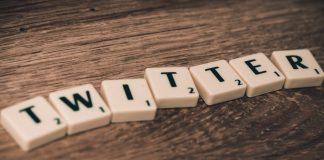 Twitter mit Steinen gelegt